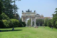 De boog van Vrede in Milaan stock afbeeldingen