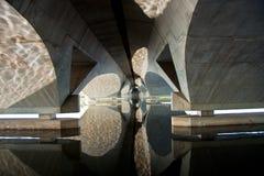 De boogbezinning van de brug Stock Foto