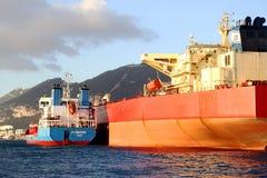 De boogmening van bulk-carrierschip Leonid Loza verankerde in Algeciras baai in Spanje Stock Afbeelding