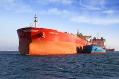 De boogmening van bulk-carrierschip Leonid Loza verankerde in Algeciras baai in Spanje Stock Fotografie