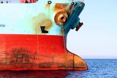 De boogmening van het Voorrecht van Maersk van het bulk-carrierschip verankerde in Algeciras baai in Spanje Stock Foto's