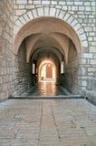 De boogpassage van de steen bij Kathedraal Krk in oud centrum - Kroatië Royalty-vrije Stock Afbeeldingen