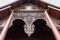 De boogtempel van houten gravure wordt gemaakt die royalty-vrije stock foto's