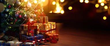 De boom en de vakantie van Art Christmas huidig op open haardachtergrond royalty-vrije stock foto