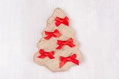 De boom van ambachtkerstmis van streng met rood buigt op witte houten lijst met exemplaarruimte stock fotografie