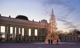 De boom van het nieuwjaar bij het park van Gorky. Moscow.Winter. Stock Afbeelding