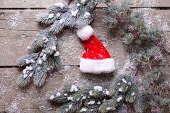 De boom van het takkenbont en Kerstmanhoed op oude houten achtergrond Royalty-vrije Stock Foto