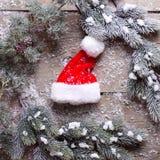 De boom van het takkenbont en Kerstmanhoed op oude houten achtergrond Royalty-vrije Stock Foto's