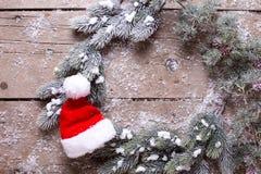 De boom van het takkenbont en Kerstmanhoed op oude houten achtergrond Stock Afbeelding