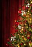 De boom van Kerstmis op rood Royalty-vrije Stock Afbeeldingen