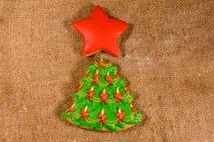 De boom van peperkoekkerstmis en ster op een jute Hoogste mening royalty-vrije stock foto