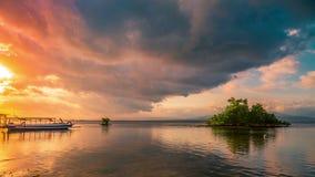 De boom van de Timelapsemangrove in eb en zonsondergang met Indonesische boten, Nusa Lembongan, Bali, Indonesië stock footage