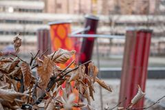 De boom vertakt zich met droge bruine bladeren op vage achtergrond van kleurrijke geometrische vormen en strepen royalty-vrije stock afbeeldingen