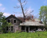 De boom viel op Verlaten Huis Stock Foto's