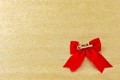 De boomdecoratie van de Kerstmis rode boog op gouden achtergrond Stock Afbeelding