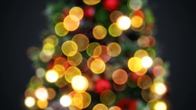 De Boomlichten van het Defocusednieuwjaar Knipperen Naadloos op Zwarte Achtergrond Van een lus voorzien 3D animatie Vrolijke Kers stock video