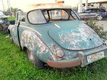 De boomstam van een uitstekende gebroken auto Royalty-vrije Stock Foto