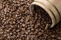 De boon van de koffie uit eiken trommel stock fotografie