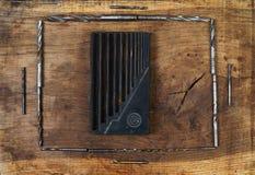 De boor van techniekhulpmiddelen op houten lijst Verschillende 3d bal Stock Foto