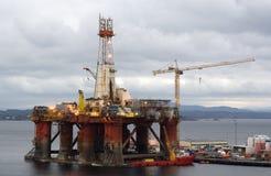De boorplatform van de olie op terugwinning stock afbeelding
