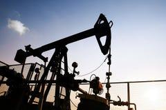 De boortoren van de olie bij zonsondergang stock foto