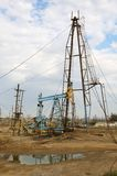 De boortorens van de olie op de kust Stock Fotografie