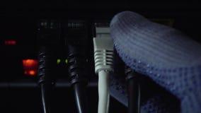 De boosdoener maakt Internet-kabels onbruikbaar stock videobeelden