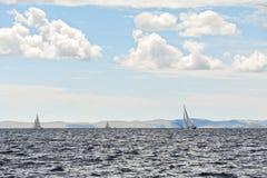 De boot is in adriatic in winderig weer Royalty-vrije Stock Afbeeldingen