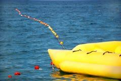 De boot & de rubberboot van de banaan op zee Royalty-vrije Stock Foto