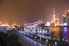 De boot bij haven is erachter de horizon van Shanghai bij nacht Stock Afbeelding