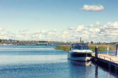 De boot is bij het dok op de rivier op een de zomerdag royalty-vrije stock afbeeldingen