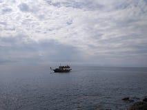 De boot is bij de rit over het meer stock foto's