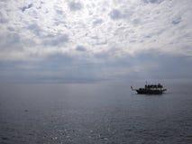 De boot is bij de rit over het meer royalty-vrije stock fotografie
