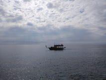 De boot is bij de rit over het meer stock foto