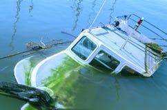 De boot die in het Middellandse-Zeegebied is verdronken Gevuld met water Athene, Griekenland stock foto's