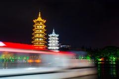 De boot die koopt de tweelingtorens van Guilin in Guangxi, China overgaan royalty-vrije stock fotografie