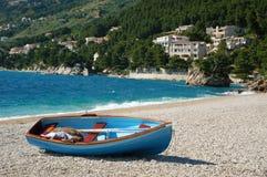 De boot die op een strand, Kroatië ligt Royalty-vrije Stock Foto's