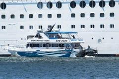 De boot die van de aardreis passangers van het cruiseschip opnemen Royalty-vrije Stock Foto