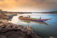 De boot dient toeristen langs het grootste rotsgebied in Sam Pan Boak, Thailand Royalty-vrije Stock Foto