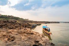 De boot dient toeristen in Sam Pan Boak, Thailand Stock Afbeeldingen