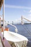 De boot door het schip Stock Afbeeldingen