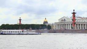 De boot drijft de Neva-rivier voor Vasilevsky-eiland in Heilige Petersburg stock videobeelden