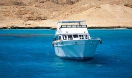 De boot drijft in een mooi water Royalty-vrije Stock Foto