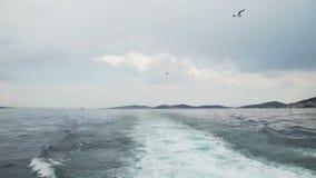 De boot drijft op Bladerensleep in Bosphorus stock videobeelden