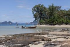 De boot drijft op de achtergrond van het mooie eiland Traditionele Thaise vissersboten met kleurrijke linten en vlaggen thailand Stock Fotografie
