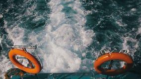 De boot drijft op de Golven en verlaat een Sleep in het Rode Overzees stock footage