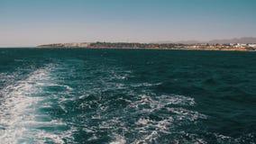 De boot drijft op de Golven en verlaat een Sleep in het Rode Overzees stock video