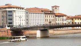 De boot drijft op de rivier en gaat onder de brug stock footage