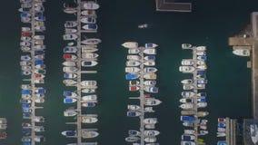 De boot gaat de haven in en nadert de pijler stock videobeelden