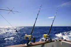 De boot groot spel dat van de visser in zoutwater vist royalty-vrije stock fotografie